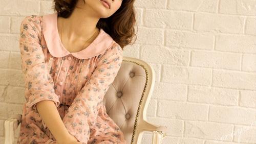 似合う色とデザインの服を着た女性