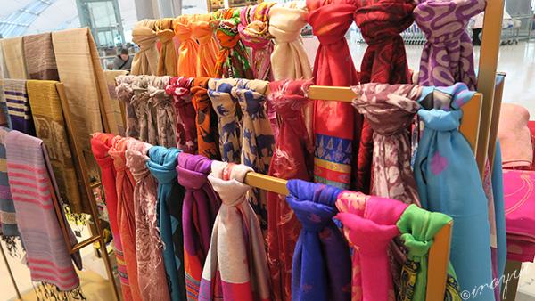 たくさんの色のカラフルなタイシルクのスカーフ