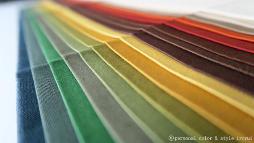 パーソナルカラー秋の中でも濃いめの色のドレープ