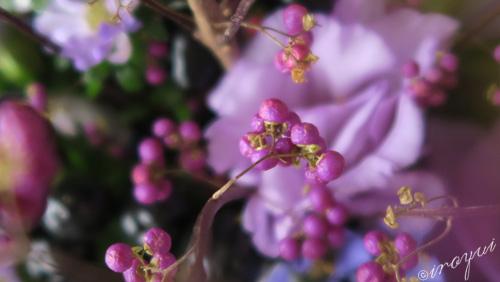 紫の実をつけた10月の花束